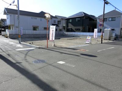 現地(2020年1月)撮影 分かりやすく、各号地にロープを設置しました♪ 前面道路、広々北側約6メートル♪東側約4メートル♪