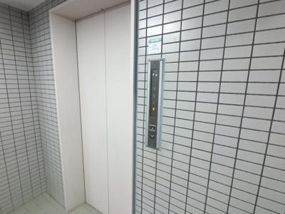 ベビーカーやお買い物に便利なエレベーター付き。