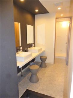 男性シャワールームの洗面所。シェアハウス本厚木