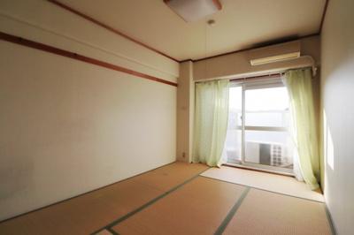 洋室はカーペット仕様となっております。 クローゼットもありますよ!