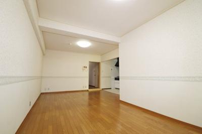 壁付けキッチンなので壁を向いて作業するほうが楽な方にオススメです。 リビング及びダイニングスペースも無駄なく広く活用できます。