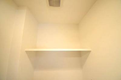 トイレ内にも棚があります。