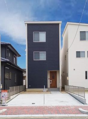 黒を基調とする正面の外壁に白のふちどりがおしゃれな外観。