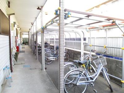 屋根付きの駐輪場で雨が降っても大切な自転車が濡れなくてすみますね♪駅から自転車もおすすめです!敷地内にはバイク置場も完備しています◎