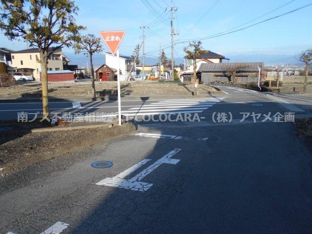 周辺道路 交通量少なめ 一時停止線があります