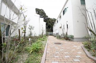 筑紫丘小学校まで徒歩7分、閑静な住宅地の一角にある建物です 【駐車場1台確保】マンション敷地にはゲートがあり、入居者以外が入れないようになっていて、防犯上も安心