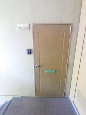 外側から見た玄関です。