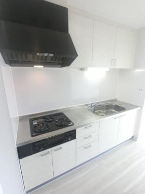 キッチンもきれいになりました。 吊戸棚もあり収納豊富です。