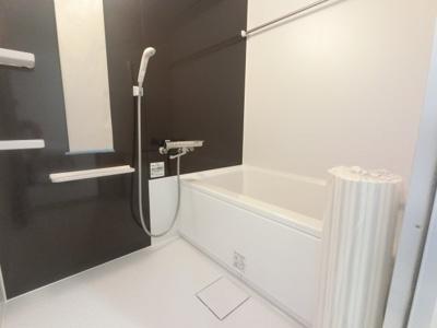浴室乾燥機付きのお風呂です。 暖房機能もついており冬でも快適に入浴できます。