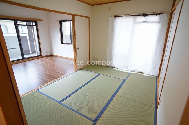 「和室6帖」畳・ふすま張替え済みです。収納あります。リビングと廊下の2WAYです。