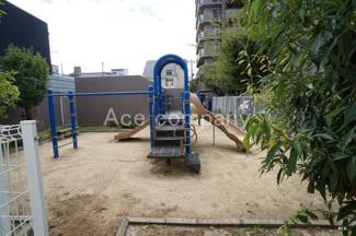 マンション敷地内に遊び場あります。また「加美神明公園」もマンション北向いにあります(徒歩1分、約15m)