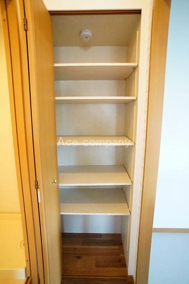 「パントリー」キッチンスペースにも収納あります。