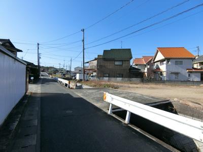 前面道路は幅員約3.2m。国道2号線にすぐ出られます。