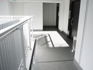 玄関側廊下 上層階は明るさがあります