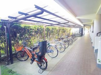 自転車置場は敷地内なので防犯上も安心。屋根付きなので雨ざらしにもなりません。