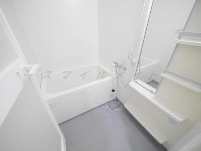 一日の疲れをとる清潔感のあるバスルームです。