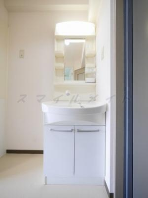 朝の身支度に便利な独立洗面台付きです。