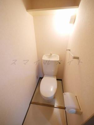 清潔感のあるトイレ・収納棚付きです。