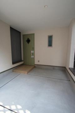 カースペース 玄関前が車庫になっております。 グリーンの玄関ドアがオシャレで可愛いですね♪