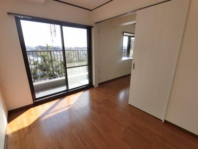 リビング横洋室。東南向きの明るいお部屋です。