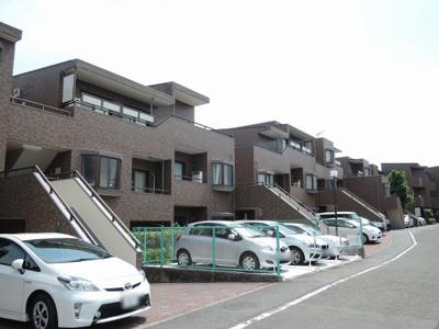 京浜急行線「東急富岡」駅徒歩8分の好立地。平成2年2月築の新耐震基準マンション。人気のメゾネットタイプ。ペット飼育相談可。