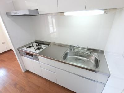 独立型システムキッチン。上部に吊戸棚も付いており、収納豊富なキッチンです。