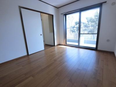 広々主寝室。大型収納付き。南東向きなので明るいお部屋です。