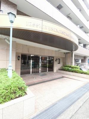 横浜市営地下鉄ブルーライン「吉野町」駅徒歩3分、京急本線「黄金町」駅7分