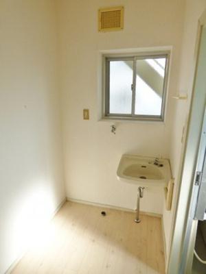 洗面所は独立タイプ!洗濯機置場は室内にあります。