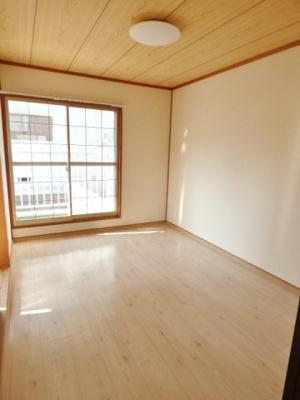 明るい床色でお部屋全体が明るい印象の室内♪