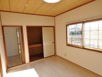 玄関入って左側の居室には収納がついています♪