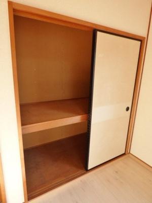 収納は押入タイプ。好みの収納家具を入れて自分好みの収納に♪