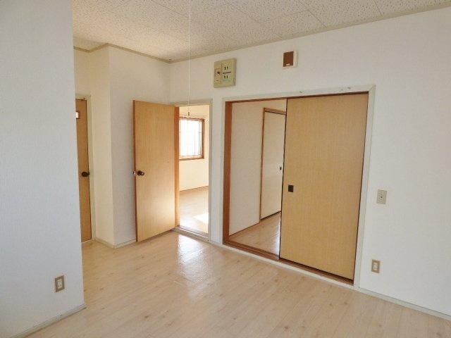 居室扉は動線や家具配置の邪魔にならない引戸と角の開き戸。