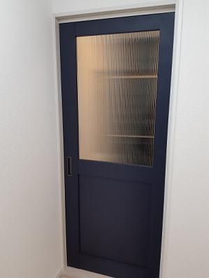 間仕切りのおしゃれな藍色の戸 ガラスもおしゃれなレトロガラス