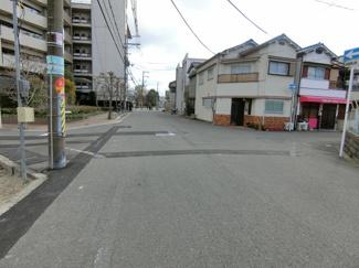 見通しの良い舗装された前面道路。 小さなお子様がいても安心です♪