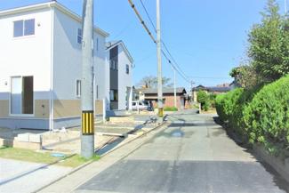通りから東に入ったところにあるので車の通りを気にせず駐車できます