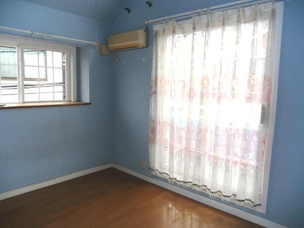 2階洋室6帖。壁が優しいブルーが特徴的。内装にもこだわっています。