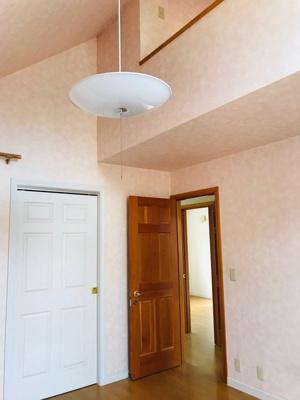 2階洋室7帖。ゆとりの広さのプライベートルームには、収納充実のウォークインクローゼットがあります。