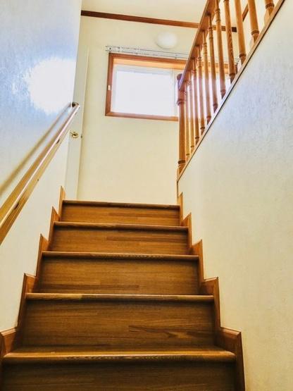 階段途中に窓があるのでとても明るく空気の入れ替えもラクラク。