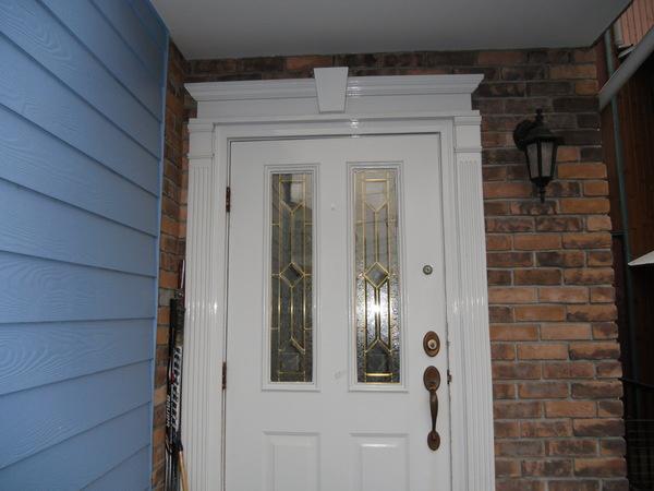 白を基調とした清潔感溢れる玄関です。