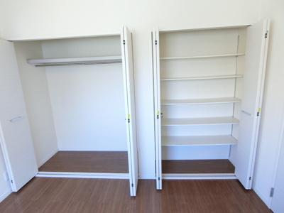 洋室6帖のお部屋にあるクローゼット(左)と収納スペース(右)です♪かさばりやすいコートなどもハンガー掛けができてすっきり片付きます♪