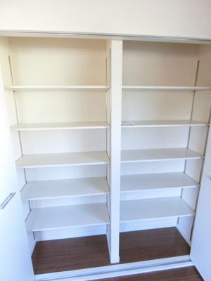 リビングダイニングキッチンにある収納スペースです!お荷物をたっぷり収納できて荷物の多い方も安心!