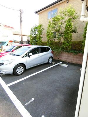 いつでも目の届く敷地内に駐車場があります♪荷物がかさばりがちなお買物にも、敷地内駐車場があると便利です☆