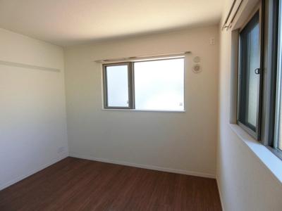 角部屋二面採光洋室6帖のお部屋です♪ベッドを置いて寝室にするのもオススメです☆