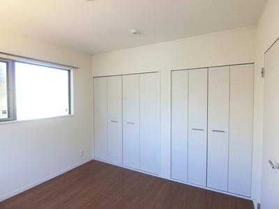 クローゼット(左)と収納スペース(右)のある洋室6帖のお部屋です!お洋服や荷物の多い方もお部屋が片付いて快適に過ごせますね♪