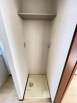 キッチン横にある室内洗濯機置き場です♪防水パンが付いているので万が一の漏水にも安心です!上部には便利な収納棚付き♪