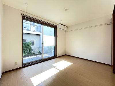 テラスに繋がる南東向き洋室6.5帖のお部屋です!エアコン付きで1年中快適に過ごせますね☆壁にはピクチャーレールがあり、絵や写真が飾れます☆ハンガー掛けとしても便利!