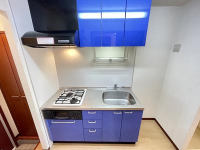 2口ガスコンロ/グリル付きシステムキッチンです☆場所を取るお鍋やお皿もすっきり収納できてお料理がはかどります♪