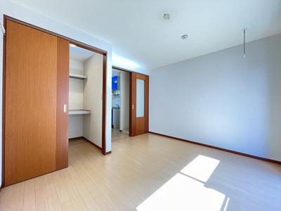 ウォークインクローゼットのある南東向き洋室6.5帖のお部屋です!お洋服の多い方もお部屋が片付いて快適に過ごせますね♪