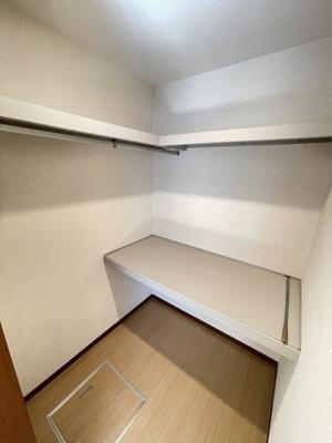 洋室6.5帖のお部屋にあるウォークインクローゼットです♪棚が2段+ハンガーラックでたっぷり収納出来ます☆